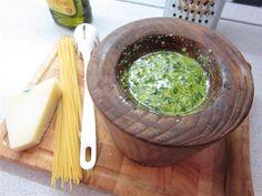 A pesto készítése házilag nagyon egyszerű! Akár mozsárban, akár egy mixerrel gyorsan kész van, és jobb mint bármelyik bolti! Pesto, Wok, Guacamole, Cabbage, Mexican, Vegan, Vegetables, Cooking, Ethnic Recipes