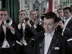 A cabaret singer in a scene from Kurt Maetzig's Ernst Thälmann – Sohn seiner Klasse.