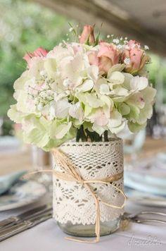 Noivinhas! Continuamos com o especial Centros de mesa DIY Como você prefere? Com flores ou velas? Ou uma combinação dos dois?A. Flores B. Velas C. Flores + Velas Continue por aqui >> Centros de mesa DIY: Elegante ou rústico?
