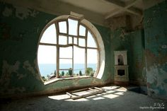 Prince of Oldenburg Castle, The Seagull, abandoned and rotting ruins. by faiffann Abandoned Buildings, Abandoned Places, Abandoned Castles, Abandoned Mansions, Art Nouveau, Art Deco, Oldenburg, Black Sea, Ghost Towns