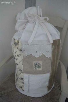 Grand sac à linge en tissu ancien , monogramme  Borcante atelier cosy.fr