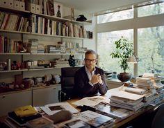 """""""Lisboa é imperfeita. Que bom"""" - riou a revista """"Wallpaper"""", em 1996, considerada a bíblia do design e arquitetura. Voltou a reinventar-se em 2007 com uma marca de media inovadora, a """"Monocle"""", que passou a ditar tendências globais. Estatuto, qualidade de vida, reinvenção do luxo e das regras do mercado fazem dela uma revista e uma 'cultura' globalmente cobiçada. Tyler Brûlé é a """"Monocle"""". E todos querem ver o mundo pelo seu monóculo."""