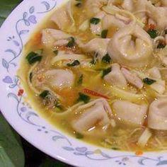 Cette soupe repas délicieuse contient du poulet, des nouilles aux œufs et des tortellinis à la viande. Un repas complet, parfait pour les froides soirées d'hiver.