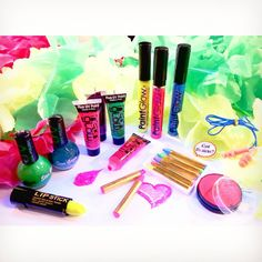 """""""Are you ready for Weekend-festival?! #uv #party #makeup #fluorescent #flowernecklace #lei #hairmascara #haircolour #crayons #lipstick #bodypaint #glow…"""""""