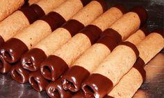 SUROVINY 350 g hladké mouky 70 g mletých ořechů 180 g másla 150 g cukr moučka 1 lžíce kakaa 1 ks vej Hot Dogs, Sausage, Potatoes, Meat, Vegetables, Ethnic Recipes, Food, Best Recipes, Oven
