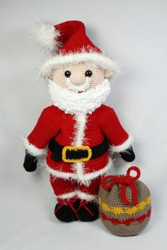 With this pattern you can make your own Maxi Santa. Christmas Projects, Christmas Diy, Christmas Ornaments, Crochet Christmas, Amigurumi Patterns, Knitting Patterns, Crochet Patterns, Thread Crochet, Crochet Hooks
