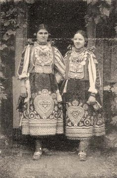 Bulgarian girls from Torontál county Hungarian Embroidery, Folk Embroidery, Folk Costume, Costumes, Complex Art, Capital Of Hungary, Family Roots, Folk Fashion, My Heritage