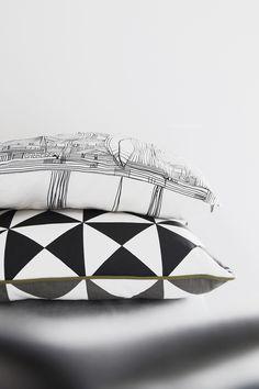Skandinavische Herbstdeko Tipps und Ideen: Kissen in schwarz-weiß