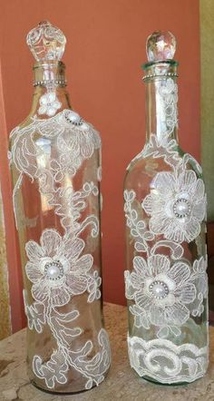 Decorative Bottles : Bottles with pearls and floral doilies -Read More – bottle crafts lace Decorative Bottles : Bottles with pearls and floral doilies - Decor Object Glass Bottle Crafts, Wine Bottle Art, Painted Wine Bottles, Diy Bottle, Bottles And Jars, Glass Bottles, Bottle Lamps, Vodka Bottle, Glitter Paint Wine Bottles