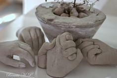 Jeg har støbt de hænder i beton. Lidt for sjovt og lidt til pynt. På billeder kan ses min søns og min hånd lavet i gips og beton ...