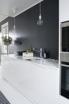 Muuto Pendant Lamp fit in every room of your house, from hallway to kitchen. This iconic lamp, designed by Mattias Ståhlbom for Muuto, adds a modernized sentiment to Scandinavian lighting design. Black Kitchens, Home Kitchens, Voxtorp Ikea, Kitchen Interior, Kitchen Decor, Küchen Design, House Design, Scandinavian Kitchen, Scandinavian Lighting