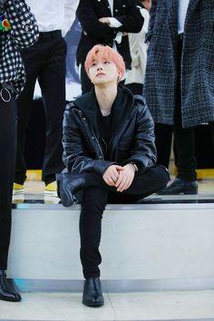 his hair looks incredibly soft 😔💖💖💗💗 Chanwoo Ikon, Kim Hanbin, Yg Entertainment, Mix And Match Ikon, Ringa Linga, Bobby, Ikon Member, Ikon Debut, Fandom