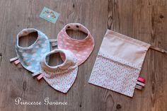 Naissance * Baby box - 3 bavoirs bandanas dans un joli pochon assorti, coton, nuages, gouttes -EN STOCK