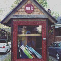 Petite bibliothèque gratuite de quartier. #freelittlelibrary #takeandbring #books #bibliothequegratuite #booklovers #asheville #francaisauxusa #frenchexpatusa | Photo de @ashevilleinfrench