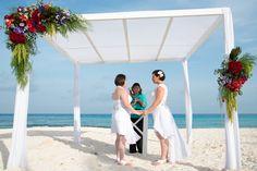 #ceremonia #gazebo #bodasdelmismosexo #lgbtweddingscancun #partyboutiquecancun #bodasenlaplaya #beachweddings #cancunbodas #prettyflowers