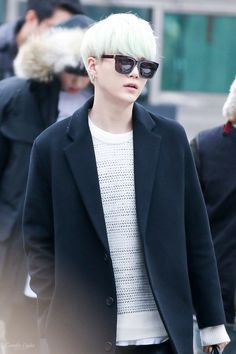 Look at those cat eye sunglasses!! He is a cat! He IS a cat T^T