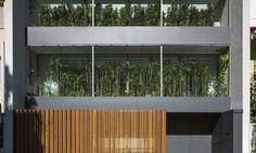 Persianas articuladas criam interessante geometria em fachada de casa no Leblon - Jornal O Globo
