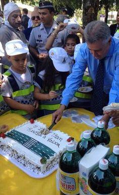 Governador do DF comemora chegada da maioridade da faixa de pedestres em Brasília - http://noticiasembrasilia.com.br/noticias-distrito-federal-cidade-brasilia/2015/04/01/governador-do-df-comemora-chegada-da-maioridade-da-faixa-de-pedestres-em-brasilia/