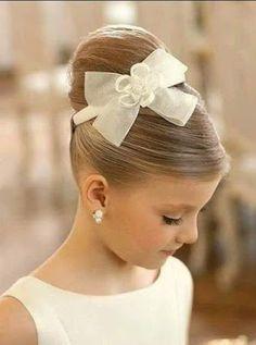 Hay muchas opciones para que las pequeñas luzcan un hermoso peinado para cualquier evento especial.   Dependiendo de su textura y largo es c...