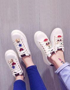 DIY Broches et Pins sur sneakers - Stradivarius Moda Sneakers, Girls Sneakers, Sneakers Fashion, Stradivarius Shoes, Baskets, Converse, Diy Patches, Painted Shoes, Feminine Style