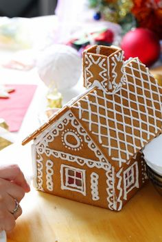 Gingerbread house recipe: a step-by-step guide with all the instructions for baking, assembling and decorating a gingerbread house for Christmas. Ikea Gingerbread House, Gingerbread House Designs, Cake Decorating Books, Cookie Decorating, Christmas Deserts, Christmas Cooking, House Recipe, Step Guide, Xmas Bells