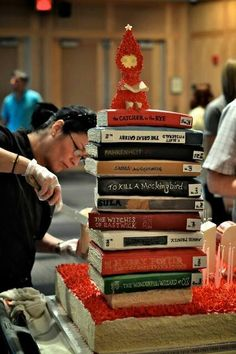 Book lovers here's to you this enormous book cake ! Yeah, I never saw that cake coming . Beautiful Cakes, Amazing Cakes, Cake Pops, Library Cake, Create A Cake, Gateaux Cake, Cool Birthday Cakes, Love Cake, Fancy Cakes