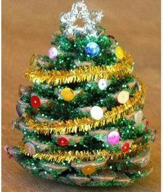 Een dennenappel versierd als kerstboom :)