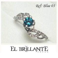 Empieza la semana con los mejores diseños de #ElBrillanteJoyas! Haz que tus manos brillen con este espectacular anillo de compromiso en oro blanco, diamante azul central de 0,24 puntos y 24 diamantes de adorno.  #ElBrillanteBlue Anillos de compromiso y argollas de matrimonio http://www.elbrillantejoyeria.com.co/