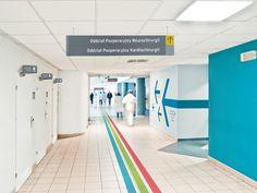 Rotulagem sistema para instalação de hospital em Wroclaw. O projeto foi criado como uma tese na Academia de Belas Artes de Wroclaw, o responsável foi o Studio Fuerte.  Tipografia e sistema de código de cores é baseada em duas cores básicas, cinza e amarelo. Além disso, o código de cores foi criado em matéria de edifícios hospitalares individuais.
