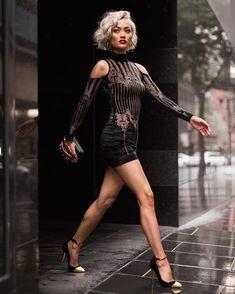 ❤️ Women's ❤️ fashion ❤️ Bad to the Bone Langarm Nietenbesetzte kalte Schulter Schwarz Metallic Geom Gold And Black Dress, Gold Dress, Black Gold, Sexy Outfits, Sexy Dresses, Fashion Outfits, News Fashion, Fashion Models, Fashion Glamour
