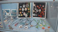 Bijuterias minhas em exposição no mercado de Sta.Clara.