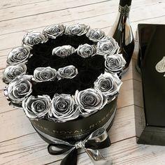 Wen haben wir hier mit @S Einzigartige individuell gestalte Rosenarrangements in Perfektion : www.theroyalroses.de #theroyalrosesgermany #rosebox #infinity #exclusive #tagafriend