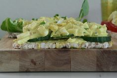 Zelfgemaakte eiersalade is lekker en zo gemaakt. Een makkelijk recept om als broodbeleg of toast te gebruiken.