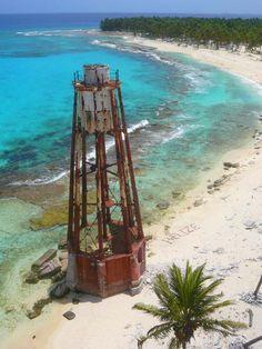 Na een half uur klauteren we weer terug in de boot, op naar onze volgende snorkellocatie. Geen haaien dit keer, maar wel kleurrijk koraal, gestipte roggen, zilveren barracuda's en een schildpad die op z'n gemakje naar wat zee-gras hapt. #HalfMoonCaye #Belize #Lighthouse #Padi #Scuba