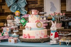 Apaixonada por esta Festa Alice no País das Maravilhas!!Imagens Karla Vasselai.Lindas ideias e muita inspiração!Uma semana linda e abençoada para todos nós.Bjs, Fabíola Teles.Mais ideias lind...