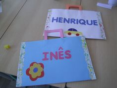 Pasta para arquivar trabalhos Art Portfolio, Toddler Crafts, Beach Mat, Kindergarten, Outdoor Blanket, Tote Bag, School, Kids, Hands On Activities