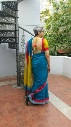 Here are some quick to wash silk sarees at home. You don& to dry clean every time when ever saree is stained. These DIY tips will sort out your problem. New Saree Blouse Designs, Cotton Saree Designs, Blouse Back Neck Designs, Choli Designs, Fancy Blouse Designs, Blouse Patterns, How To Wash Silk, Stylish Sarees, Silk Sarees