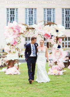 The wedding trends for 2017 - Wilk - Paper Flower Backdrop Wedding Wedding Ceremony Ideas, Wedding Trends, Wedding Arches, Floral Wedding, Diy Wedding, Wedding Bouquets, Wedding Flowers, Diy Flowers, Paper Flower Backdrop Wedding