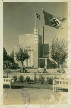 Essa foto antiga, onde vemos a bandeira nazista tremular ao lado da Bandeira Brasileira, retrata a Sede distrital do Governo de Santa Catarina em 1934.   (Arquivo Histórico de Blumenau)