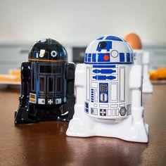 Die Star Wars R2D2/R2Q5 Salz- & Pfefferstreuer zeigen uns eindrucksvoll, was die kleinen Tausendsassa-Roboter noch so alles drauf haben.Z.B.: salzen & pfeffern!
