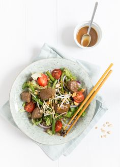 """Bee Loetje eat your steak with gravy. I& not a fan of a big piece of red meat. But their salad """"steak Bali . Healthy Recipes On A Budget, Healthy Crockpot Recipes, Healthy Meals For Kids, Healthy Meal Prep, Healthy Dinner Recipes, Vegetarian Recipes, Healthy Diners, Superfood Salad, Diner Recipes"""