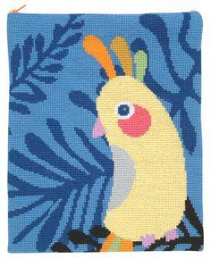 Vare nr. 15-71-0333 Broderipakning - Ipad taske - Kakadue på blå bund Fru Zippe - design Astrid Skibsted Holm Str. 24 x 29 cm. Forside + bagside. Broderes med korssting på stramaj 4,4 th. pr. cm med Flora Wool garn. Pakningen indeholder vejledning, billede, stof, mønster, garn og en nål.