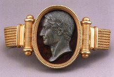 Pulsera con cameo reversible de   julio de  César y Augusto diseñado  fabricadopor Castellani y los hijo, Roma. Oro y stone. 19 x 4,1 c...