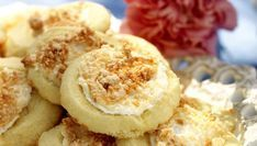 Bulla upp med småkakor! Lätta bottnar toppade med kokosmaräng ger en spännande karaktär. En sats ger 30 stycken.