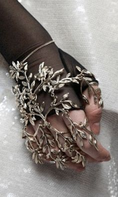 This peace looks fully articulated so I don't suppose it would be to uncomfortable to wear. Having taken a few jewelry casting classes I think this would be a great project but who would wear such a peace?