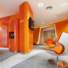 ING, marque de services bancaires et d'assurance, a fait appel à l'architecte Robert Majkut, pour réhabiliter son siège à Varsovie, en Pologne. Son objectif était de créer un espace futuriste pour accueillir les clients commerciaux. Un espace entièrement ouvert et sans murs.