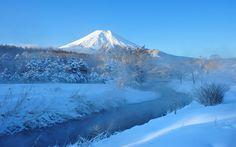 山梨県 富士山と小川の雪景色 富士山の景色の素晴らしさに圧巻されますね!