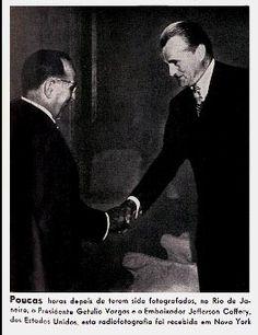 Radiofoto do presidente Getúlio Vargas cumprimentando o embaixador Jefferson Caffery transmitida para Nova Yorque, 1940/1945. (CPDOC/ Revista Em Guarda, n.1)