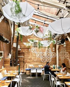 15 Hidden Toronto Patios You Need To Hit Up This Summer - Narcity Rooftop Lounge, Rooftop Patio, Ontario Travel, Toronto Travel, Yorkville Toronto, Places To Travel, Places To Go, Restaurant Patio, Courtyards