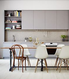 2 teintes de peinture grise pour repeindre des meubles de la cuisine